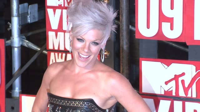 pink at the 2009 mtv video music awards at new york ny - 2009 bildbanksvideor och videomaterial från bakom kulisserna