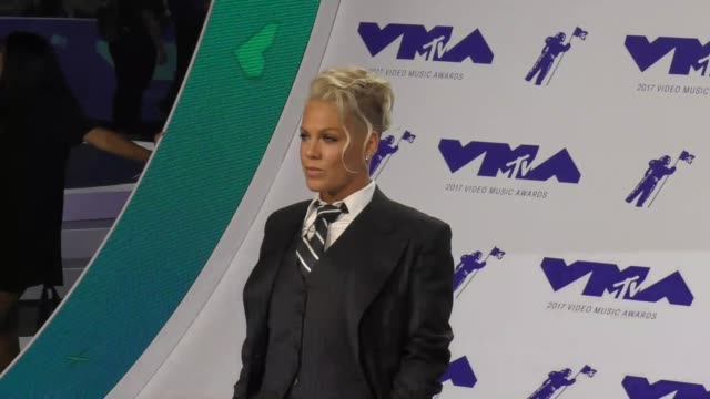 pink at the 2017 mtv video music awards at the forum on august 27, 2017 in inglewood, california. - 歌手 ピンク点の映像素材/bロール