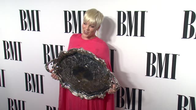 pink at the 63rd annual bmi pop awards at the beverly wilshire four seasons hotel on may 12, 2015 in beverly hills, california. - 歌手 ピンク点の映像素材/bロール