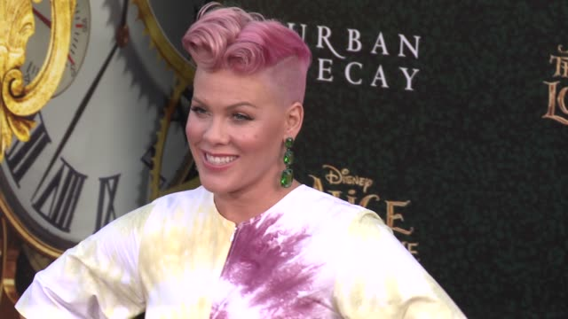 """pink at the """"alice through the looking glass"""" los angeles premiere at the el capitan theatre on may 23, 2016 in hollywood, california. - 歌手 ピンク点の映像素材/bロール"""
