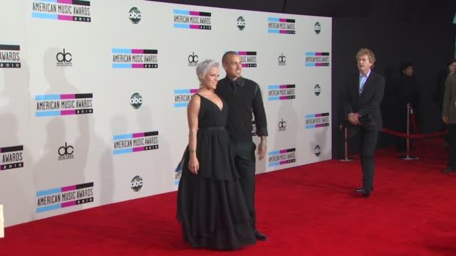 pink , carey hart at the 2010 american music awards - arrivals at los angeles ca. - 歌手 ピンク点の映像素材/bロール