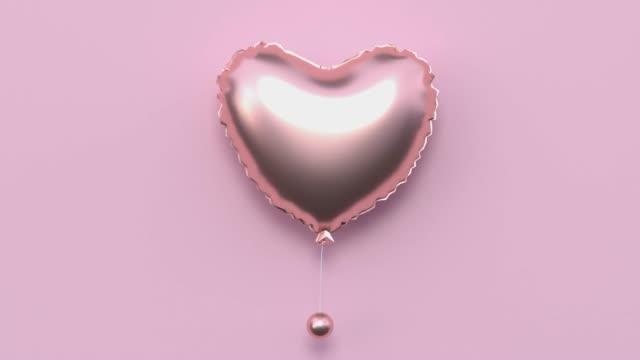 vidéos et rushes de rose plat lay scène métallique or forme minimal abstrait motion 3d rendu ballon coeur forme vacances amour valentine concept - lévitation