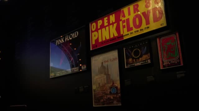 vídeos de stock, filmes e b-roll de pink floyd drummer nick floyd discusses the highlights of the new v&a exhibition devoted to the ironic rock band. - rock moderno