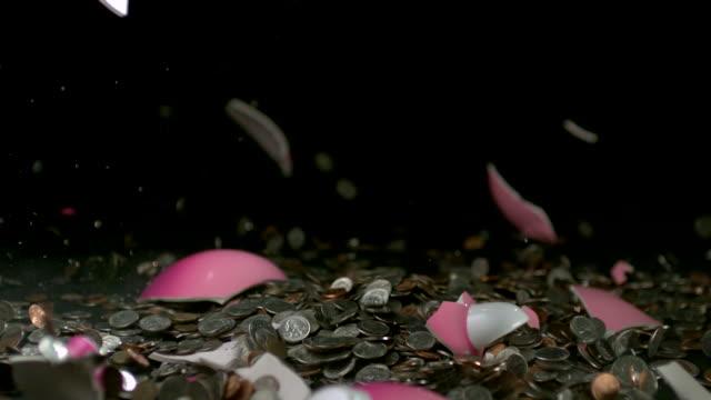 vidéos et rushes de cu slo mo pink piggy bank dropping and breaking / studio, new jersey, usa - tirelire