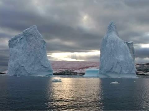 ms pink snow algae between two large icebergs, antarctica - alge stock-videos und b-roll-filmmaterial