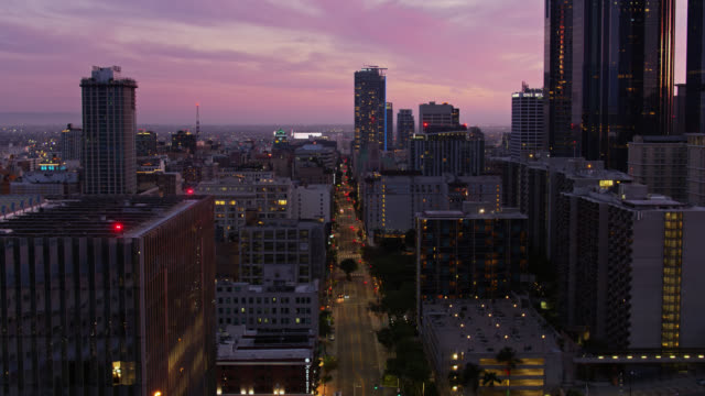 pinkish sky over downtown los angeles during covid-19 lockdown - drone shot - abenddämmerung stock-videos und b-roll-filmmaterial