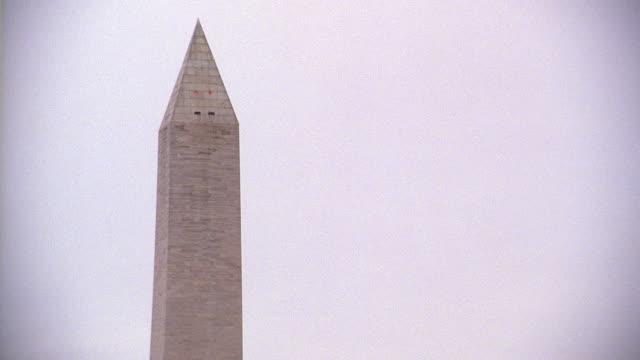 vidéos et rushes de selective focus pinnacle of the washington monument / washington, d.c., united states - président