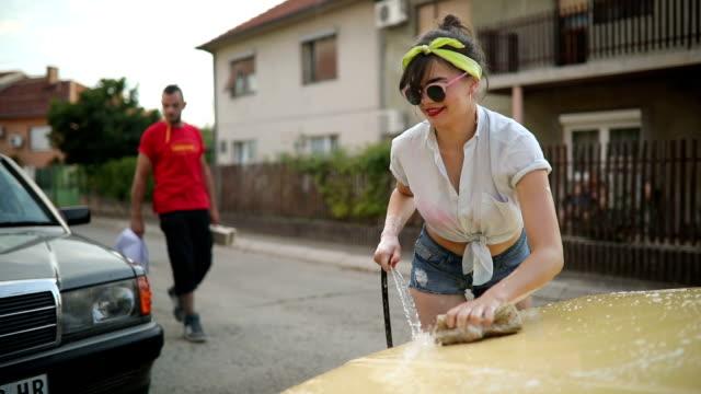 Pin-up girl splashing delivery man