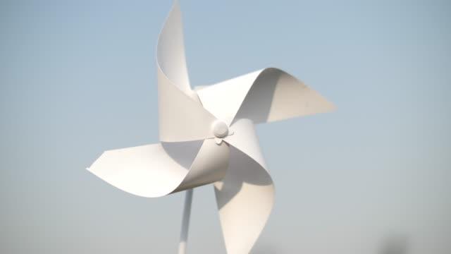 rad oder windmühle am blauen himmel - drehen stock-videos und b-roll-filmmaterial