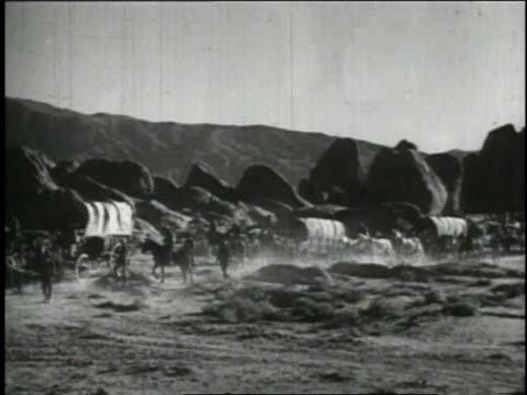1940 reenactment pioneers traveling in wagon train / united states - 探検家点の映像素材/bロール