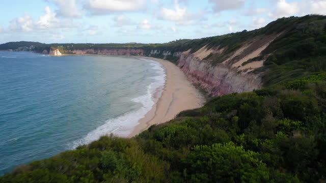 vídeos de stock, filmes e b-roll de vista aérea da praia de pipa em dia ensolarado, perto de natal, rio grande do norte, brasil - américa do sul