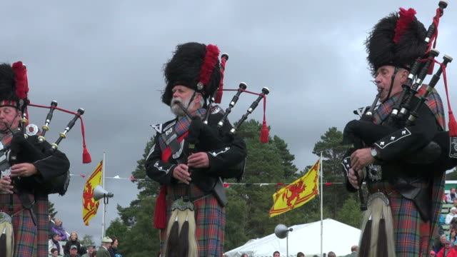ms pipe band performing at braemar royal highland games / braemar, aberdeenshire, scotland - scottish culture bildbanksvideor och videomaterial från bakom kulisserna