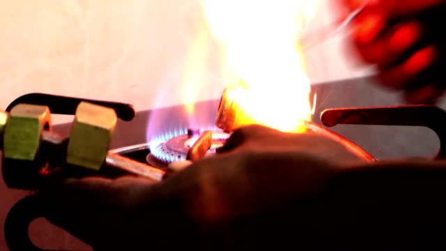 roped natural gas (png) anschluss & heizung kupferrohr für die installation von hausgas-anschluss zu hause - maschinenbau stock-videos und b-roll-filmmaterial