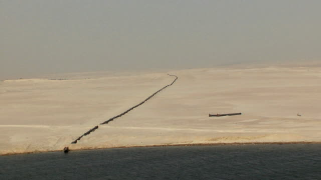 ws ha pov pipeline in desert, suez isthmus, egypt - suez canal stock videos & royalty-free footage