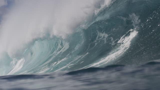 vídeos de stock, filmes e b-roll de pipeline waves 1-18 - tubo de ondas