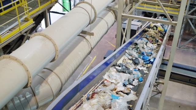 リサイクル施設内のパイプラインとコンベアベルト - 廃棄物処理点の映像素材/bロール
