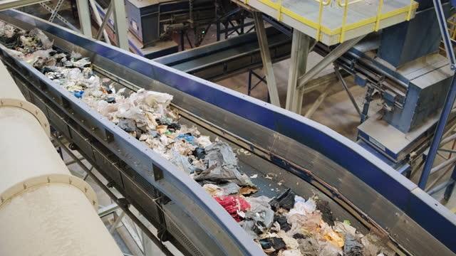 リサイクル施設内のパイプラインとコンベアベルト - リサイクル工場点の映像素材/bロール