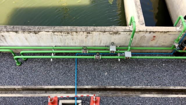 鳥瞰図から見たパイプと浄化槽 - ポンプ場点の映像素材/bロール