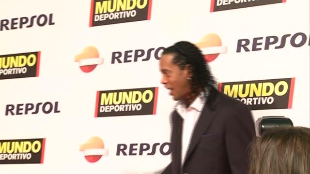 vidéos et rushes de piqué ronaldinho iniesta melanie costa arrive to the '68º gala mundo deportivo' in barcelona - barcelone
