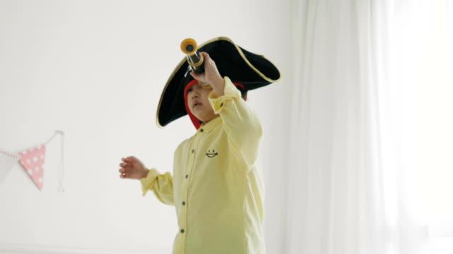 stockvideo's en b-roll-footage met piraat jongen met een verrekijker - verrekijker