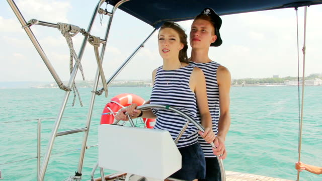 Piratas de la tripulación en el puesto de mando de un yate