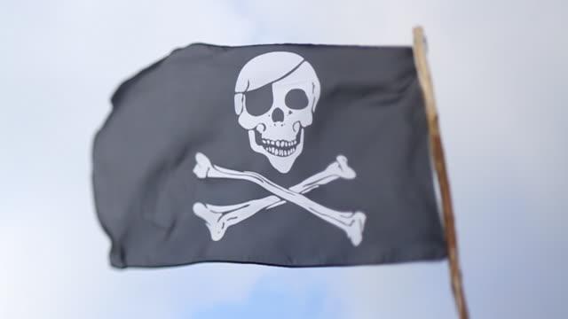 vídeos y material grabado en eventos de stock de ms pirate flag blowing in wind / london, united kingdom - ciudades capitales