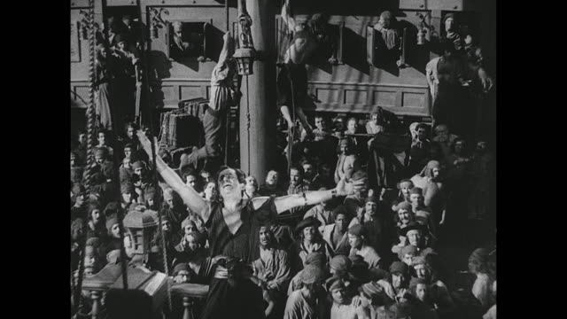 pirate (douglas fairbanks) inspires his fellow crew members with a speech - seeräuber stock-videos und b-roll-filmmaterial