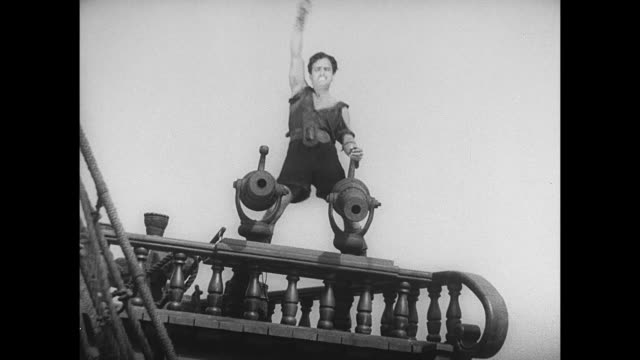 pirate (douglas fairbanks) is cheered by his fellow pirates when they see he has gained control of an entire crew - seeräuber stock-videos und b-roll-filmmaterial