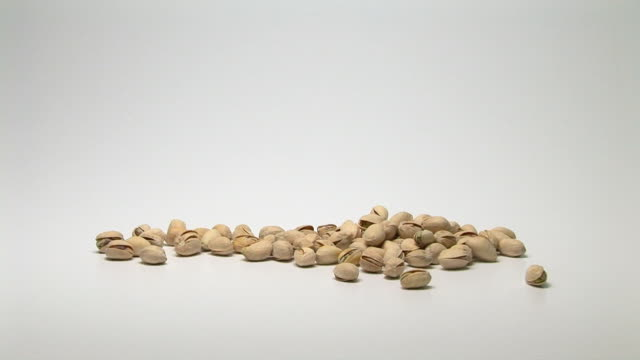 stockvideo's en b-roll-footage met pistachios - notendop