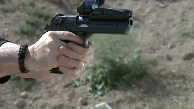 pistol shooting - sportschießen stock-videos und b-roll-filmmaterial