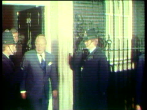 opposition; at night england: london: downing st then pm edward heath mp out of no 10 itn tx 7.3.74 - エドワード ヒース点の映像素材/bロール
