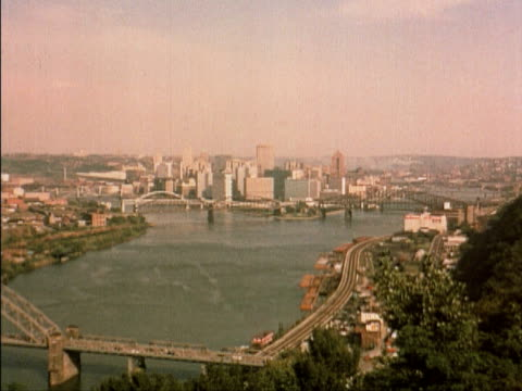 vidéos et rushes de 1960 montage ha pittsburgh skyline from above the ohio river / pennsylvania, usa - pennsylvanie