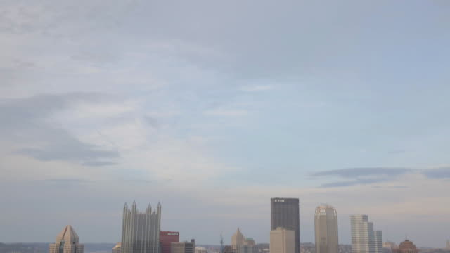 pittsburgh skyline - schwenk nach unten stock-videos und b-roll-filmmaterial