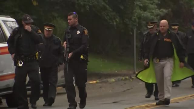 suspect charged with murder usa pennsylvania pittsburgh squirrel hill ext police officers along road near tree of life synagogue emergency medical... - pittsburgh video stock e b–roll