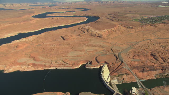 ws aerial pivot over glen canyon dam and rivers and surrounding desert landscape / arizona, united states - glen canyon staudamm stock-videos und b-roll-filmmaterial