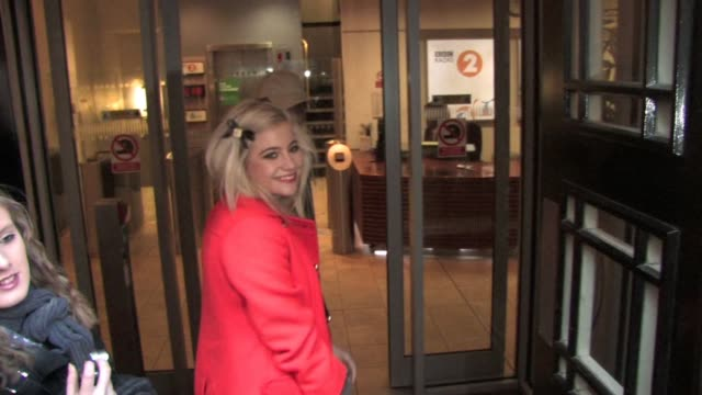 pixie lott arrives to be interviewed by jonathan ross after cancelling last week due a bout of flu. at the celebrity video sightings in london at... - イギリスのブロードキャスター ジョナサン・ロス点の映像素材/bロール
