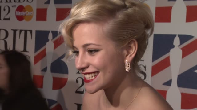vidéos et rushes de pixie lott on the brits and fashion weeks at the brit awards 2012 red carpet at the o2 arena, london, uk on february 21, 2012 - pixie lott