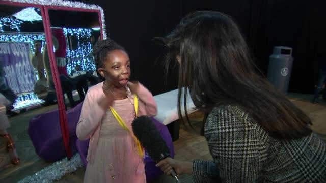 vidéos et rushes de pixie lott visits fans at rays of sunshine children's charity event; england: london: victoria park: winterville: int **music heard sot** pixie lott... - pixie lott