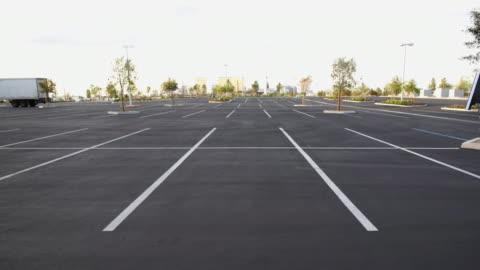 cgi ws pixilated arrows appearing on empty parking lot - parking 個影片檔及 b 捲影像