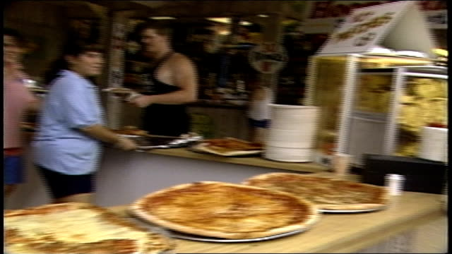 cu pizza at boardwalk stand in point pleasant nj - anno 1987 video stock e b–roll