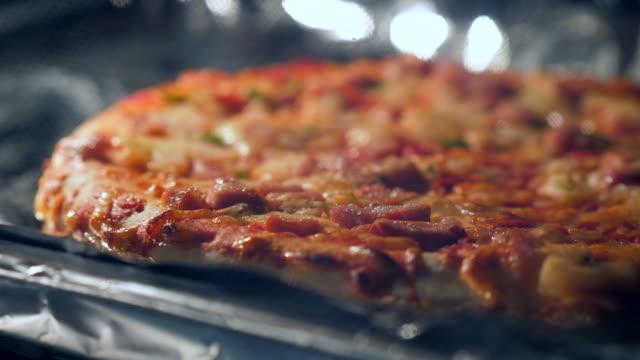オーブンで焼いたピザ - 焼いた点の映像素材/bロール