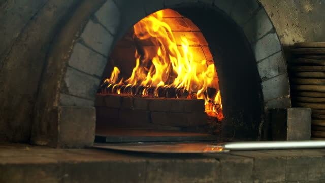 4K: Pizza bakken in bakstenen pizza oven