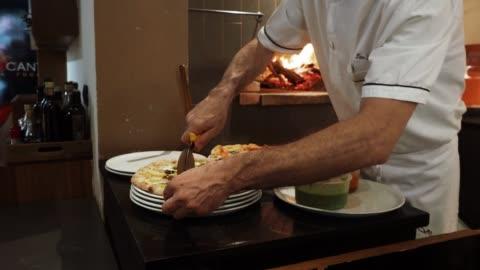 在餐廳準備披薩的披薩廚師 - 義大利文化 個影片檔及 b 捲影像