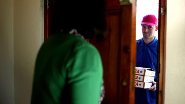 vídeos de stock, filmes e b-roll de entrega de pizza-de dentro - entregando