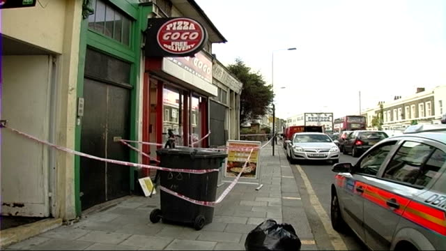 vidéos et rushes de pizza delivery worker stabbed to death in lambeth; police car, forensic officer and cordon tape at scene where mushtaba heydari was stabbed - lambeth