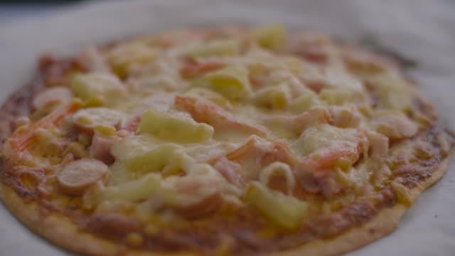 vídeos de stock e filmes b-roll de pizza from the oven on tray at home. - bandeja utensílio doméstico