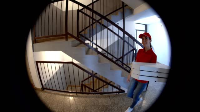 pizza ist da - service stock-videos und b-roll-filmmaterial
