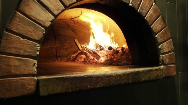 オーブン内のピザマルゲリータ - ナポリ点の映像素材/bロール