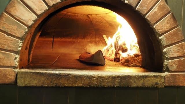pizza margherita inside the oven - cultura italiana video stock e b–roll