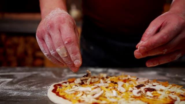 vídeos y material grabado en eventos de stock de maestro de pizza preparando pizza - pizza
